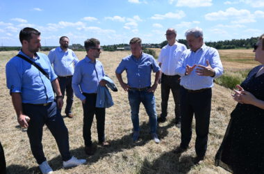 Burmistrz Piotr Skrabaczewski na spotkaniu w plenerze z sześcioma osobami