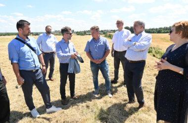Burmistrz Piotr Skrabaczewski na spotkaniu w plenerze z siedmioma osobami