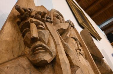 Drewniana rzeźba na ścianie kościoła świętej Anny