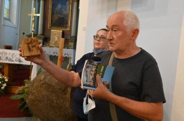 Jerzy Lisek trzymający rzeźbę. Autor umieszczonych na ścianach kościoła stacji drogi krzyżowej oraz ołtarza bocznego