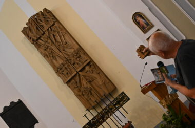 drewniana, rzeźbiona, naścienna stacja drogi krzyżowej