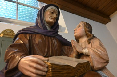 Figura Świętej Anny uczącej Matkę Boską