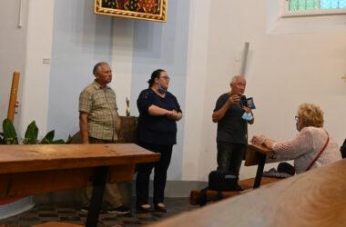 Cztery osoby we wnętrzu kościoła św. Anny