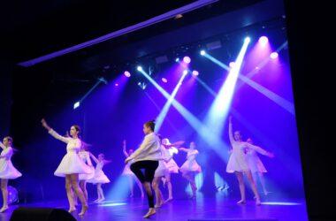 Grupa tancerzy na scenie