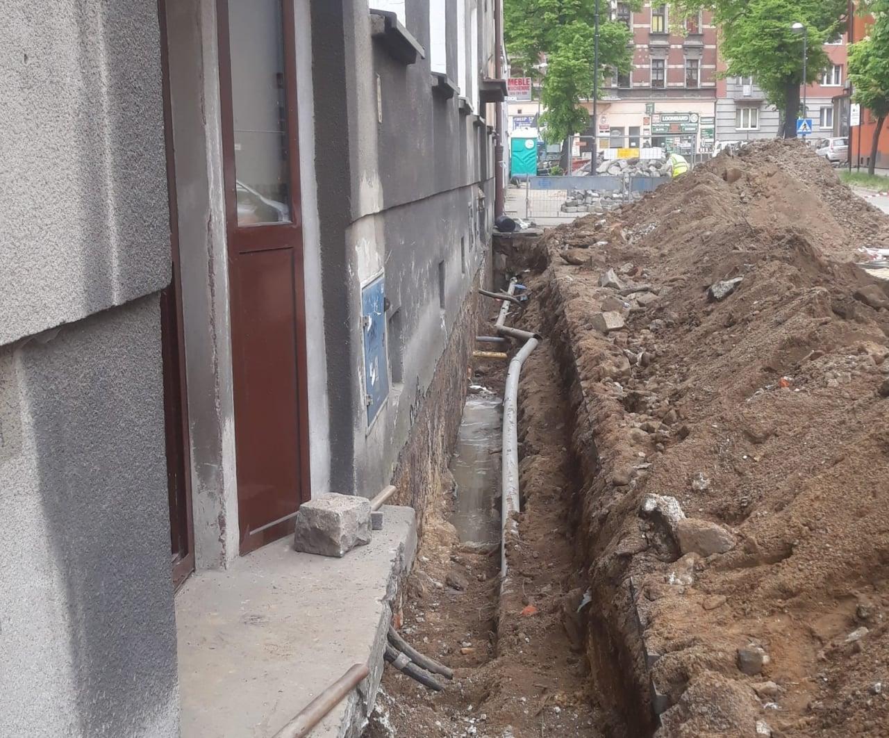 Odkopane fundamenty budynku przy ulicy Sobieskiego.