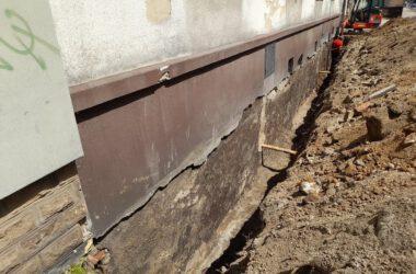 Przygotowania do izolacji fundamentów budynku przy ulicy Sobieskiego