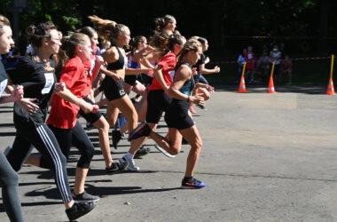 Grupa osób w biegu.