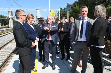 Burmistrz Arkadiusz Czech z Starostą Krystyną Kosmalą w grupie osób na peronie w Herbach Nowych.
