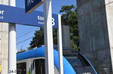 Pociąg wjeżdżający na stację Herby Nowe.