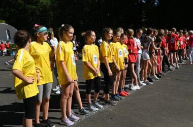 Grupa młodzieży na linii startu.