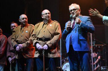 Na scenie Burmistrz Arkadiusz Czech z Zbigniewem Pawlakiem i postaciami Gwarków.