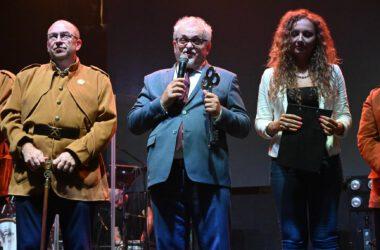 Od lewej: Zbigniew Pawlak, Burmistrz Arkadiusz Czech, Nina Nocoń.