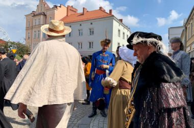 Postać Jana III Sobieskiego wyłaniająca się z grupy innych postaci historycznych.