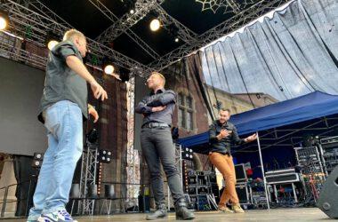 Na scenie trzech mężczyzn z Teatru Improwizacji Hamak.