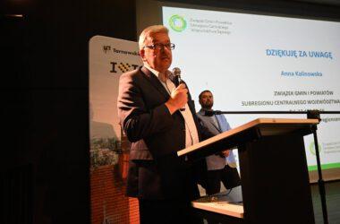 Zastępca Burmistrza - Piotr Skrabaczewski przemawia na konferencji rowerowej.