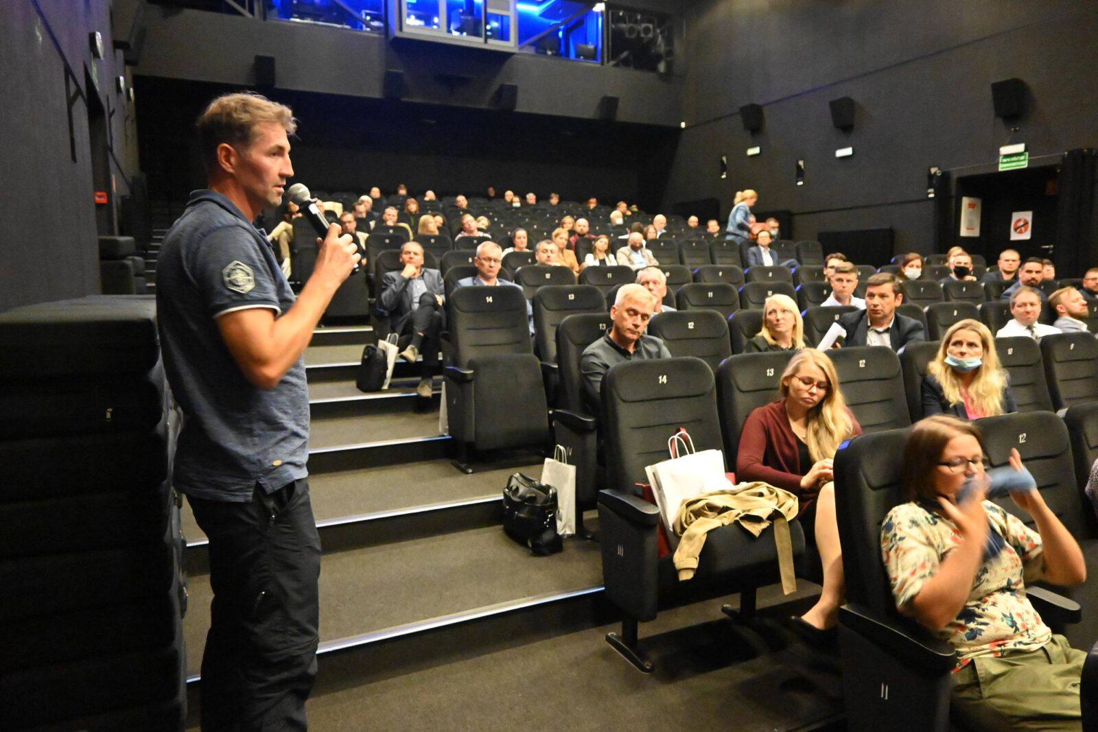 Publiczność zgromadzona w sali Tarnogórskiego Centrum Kultury na konferencji rowerowej.