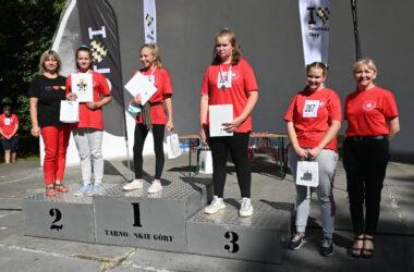 Cztery uczestniczki biegu na podium.