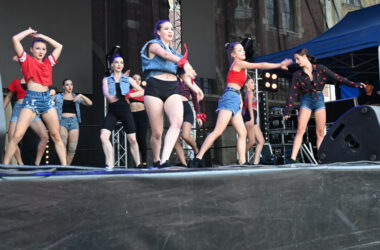 Tancerki na scenie.