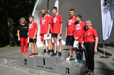 Sześciu uczestników na podium.