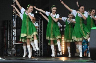 Na scenie tancerki w strojach ludowych.