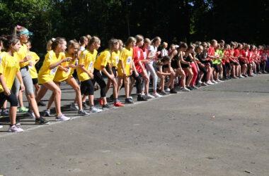 Grupa młodzieży w pozycji do startu.