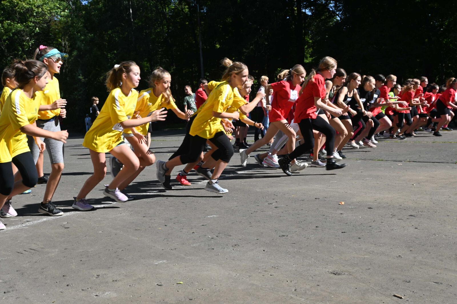 Grupa młodzieży w biegu.