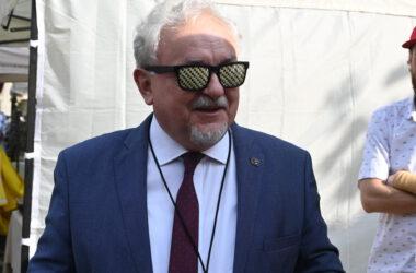 Burmistrz Arkadiusz Czech w okularach w tarnogórską kratkę.