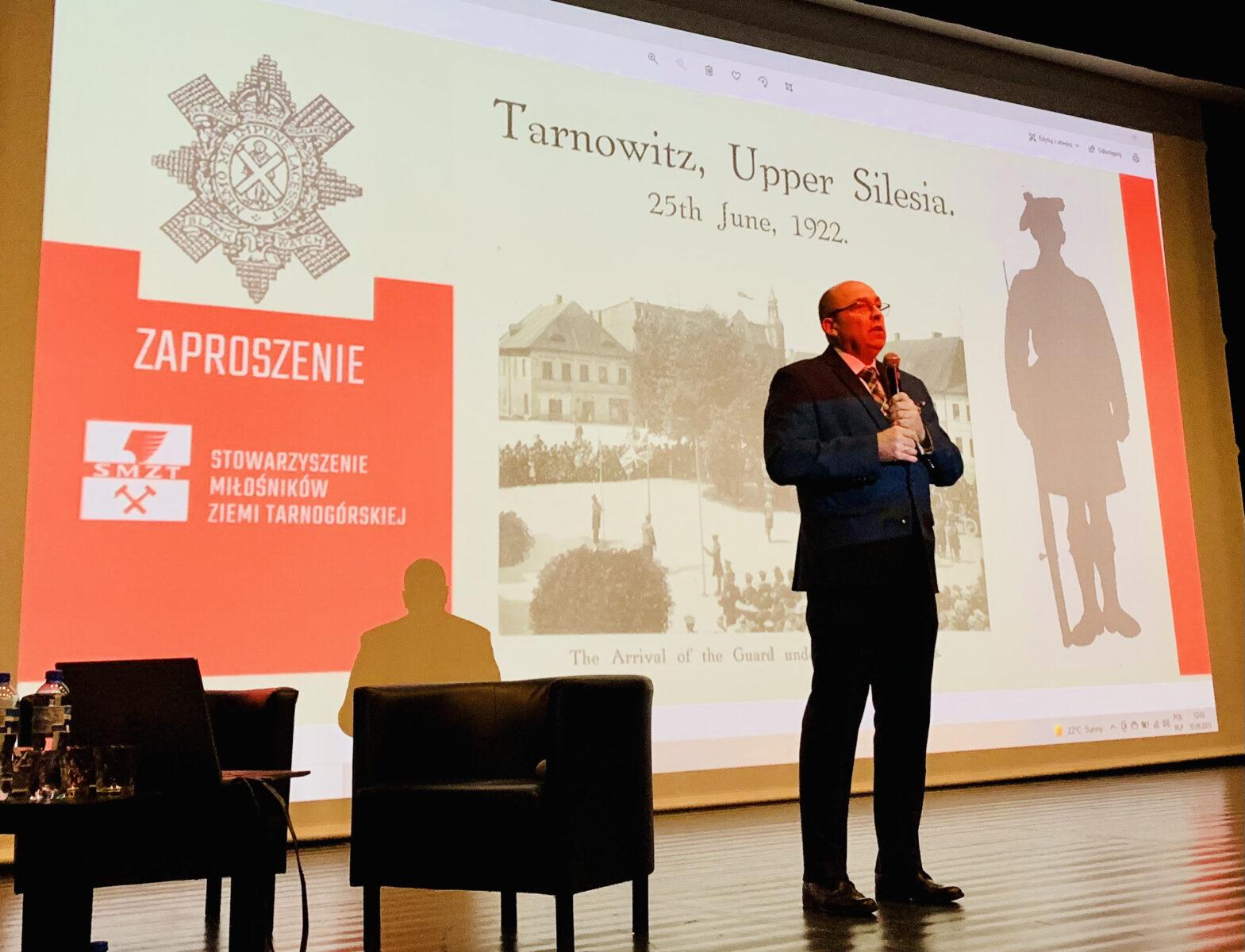 Na scenie Zbigniew Pawlak z prezentacją w tle.