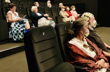 Publiczność siedząca na sali.