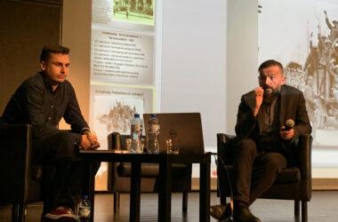 Na scenie siedzi Marek Panuś i Mariusz Gąsior.