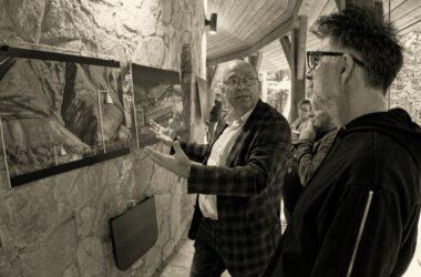 Autor prac rozmawia z Zbigniewem Pawlakiem na temat wystawy.