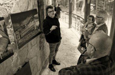 Autor prac z trzema osobami oglądającymi wystawę.