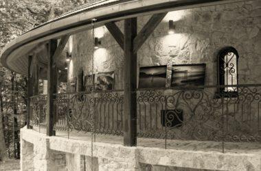 Budynek przy sztolni z grafikami na ścianie.