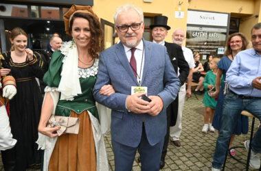 Burmistrz Arkadiusz Czech z kobietą przebraną za postać historyczną.
