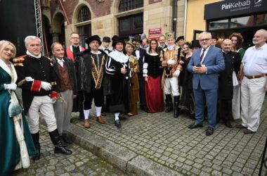 Burmistrz Arkadiusz Czech z grupą osób przebranych za postacie historyczne.