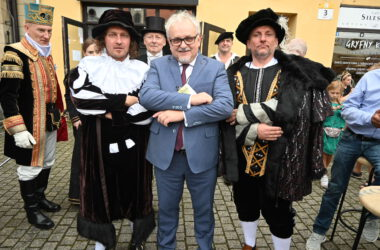Burmistrz Arkadiusz Czech z trzema mężczyznami przebranymi za postacie historyczne.