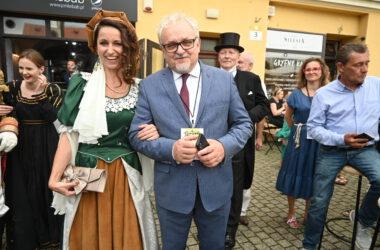 Burmistrz Arkadiusz Czech z kobietą przebraną za postać historyczną