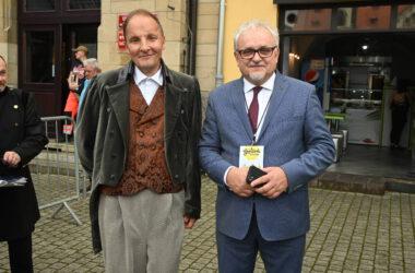 Burmistrz Arkadiusz Czech z mężczyzną przebranym za postać historyczną.