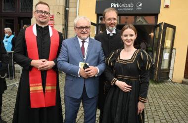 Burmistrz Arkadiusz Czech z księdzem i pastorem oraz kobietą przebraną za postać historyczną.