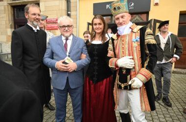 Burmistrz Arkadiusz Czech z pastorem i dwoma osobami przebranymi za ostanie historyczne.