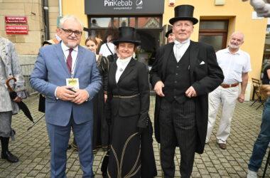 Burmistrz Arkadiusz Czech z kobietą i mężczyzną przebranymi za postacie historyczne.