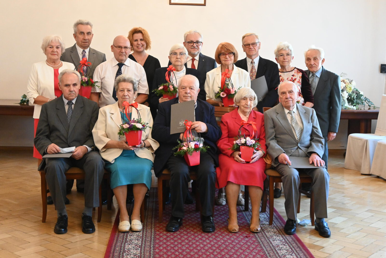 Burmistrz Arkadiusz Czech z Jubilatami ustawieni do pamiątkowego zdjęcia.