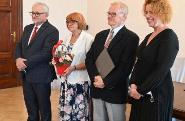 Para odznaczonych jubilatów z Burmistrzem Arkadiuszem Czechem i Kierowniczką Urzędu Stanu Cywilnego.