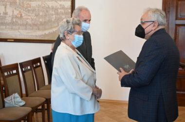 Burmistrz Arkadiusz Czech gratuluje Jubilatom.