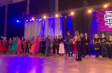 Burmistrz Arkadiusz Czech wśród jurorów i tancerzy na gali tańca towarzyskiego.