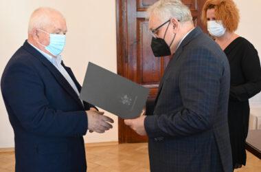 Burmistrz Arkadiusz Czech wręcza odznaczenie Jubilatowi.