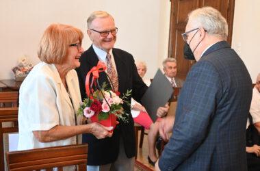 Burmistrz Arkadiusz Czech gratuluje parze Jubilatów.