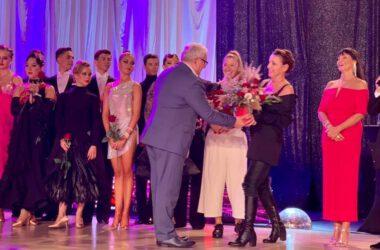 Burmistrz Arkadiusz Czech wręcza kwiaty pani Katarzynie Wodeckiej na gali tańca towarzyskiego.