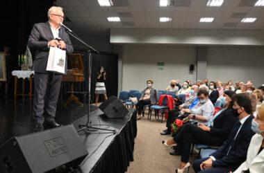 Burmistrz Arkadiusz Czech przemawia do zgromadzonej publiczności.