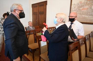 Para odznaczonych jubilatów z Burmistrzem Arkadiuszem Czechem.